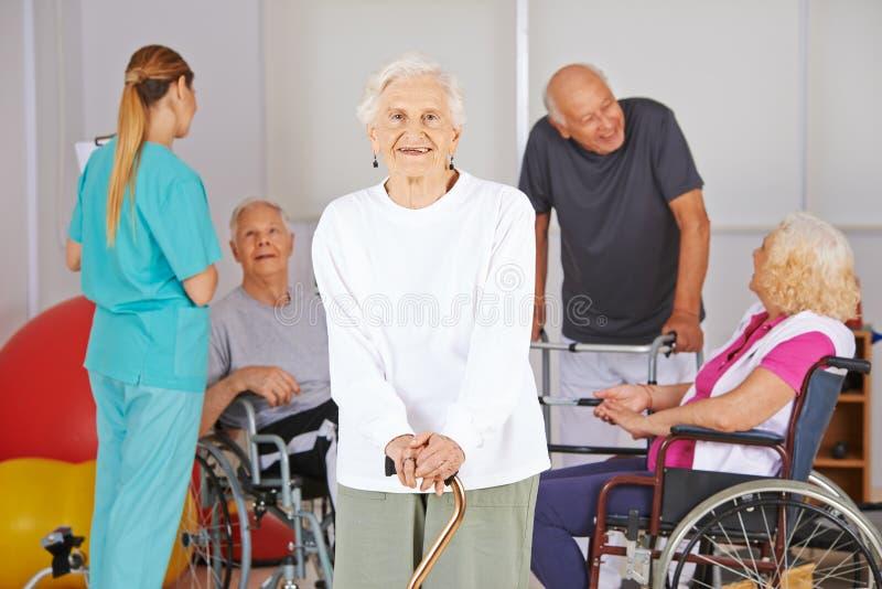 Ηλικιωμένη γυναίκα μπροστά από τους ανώτερους ανθρώπους στοκ εικόνες με δικαίωμα ελεύθερης χρήσης