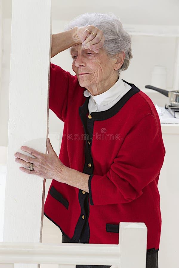 Ηλικιωμένη γυναίκα που αισθάνεται αδιάθετη στοκ εικόνες
