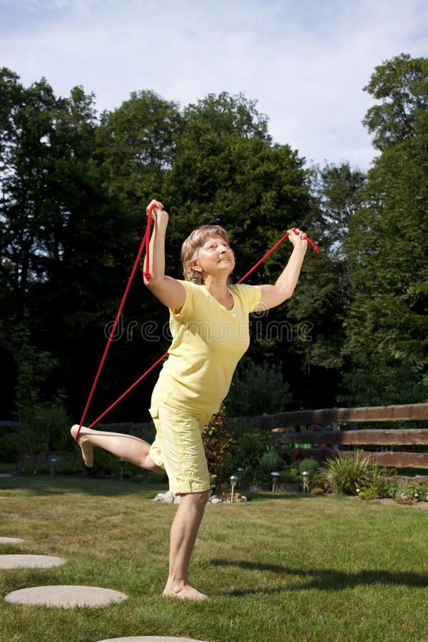 Ηλικιωμένη γυναίκα που κάνει τις ασκήσεις στοκ εικόνα