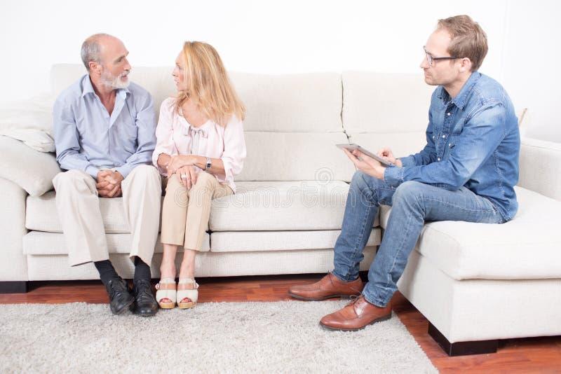 Ηλικιωμένη θεραπεία ζευγών σε έναν ψυχολόγο στοκ εικόνα