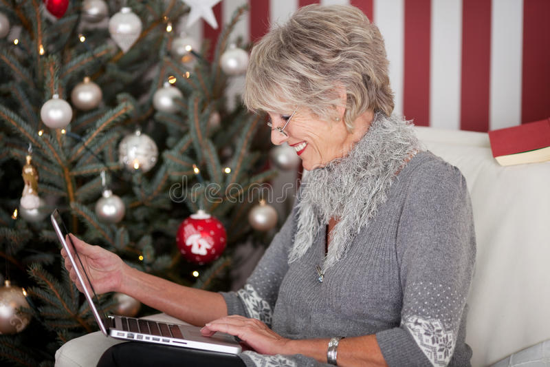 Ηλικιωμένη κυρία που στέλνει τους χαιρετισμούς Χριστουγέννων στοκ εικόνες με δικαίωμα ελεύθερης χρήσης