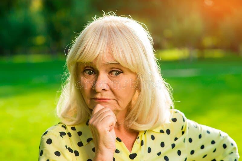 ηλικιωμένη στοχαστική γυ στοκ φωτογραφία με δικαίωμα ελεύθερης χρήσης