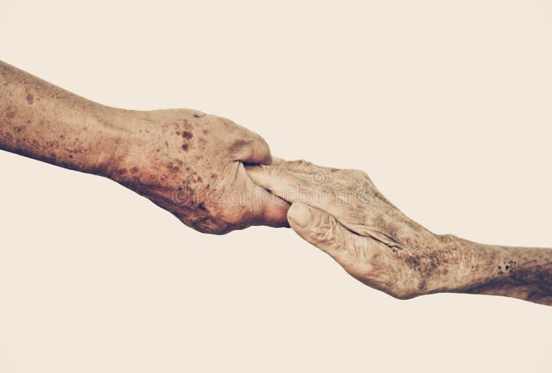 Ηλικιωμένοι άνθρωποι που κρατούν τα χέρια από κοινού στοκ φωτογραφία με δικαίωμα ελεύθερης χρήσης