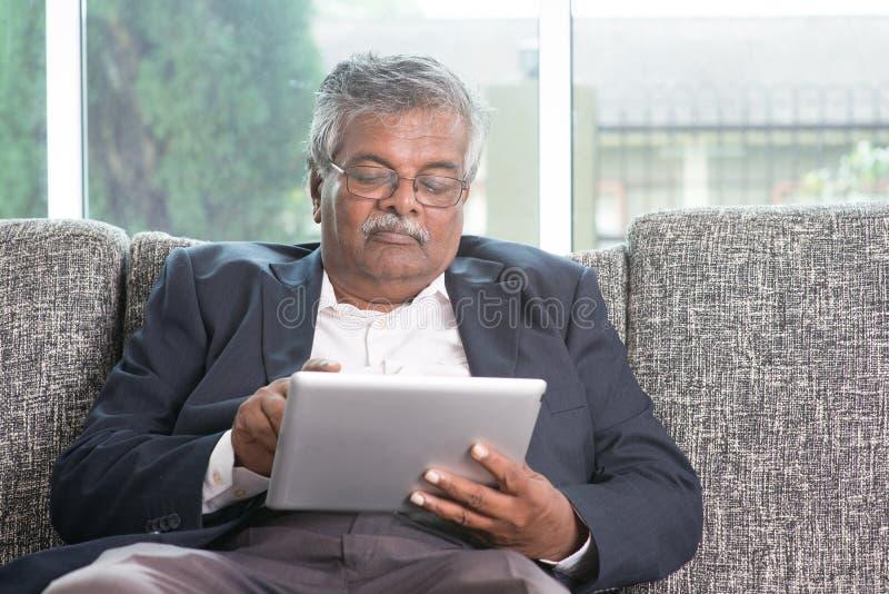 Ηλικιωμένος άνθρωπος που χρησιμοποιεί τη σύγχρονη τεχνολογία στοκ εικόνες
