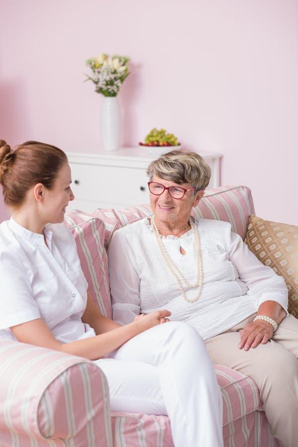 Ηλικιωμένος ασθενής στη ιδιωτική κλινική στοκ εικόνες με δικαίωμα ελεύθερης χρήσης