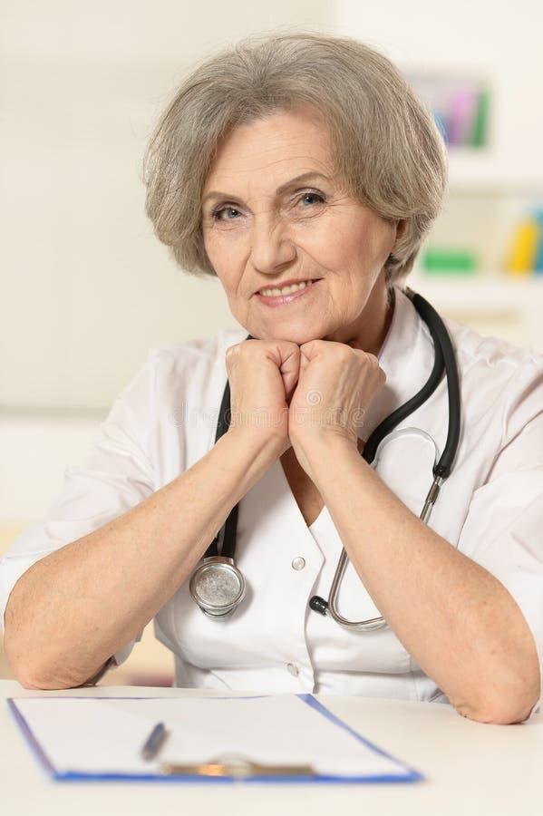 Ηλικιωμένος γιατρός γυναικών στοκ φωτογραφία
