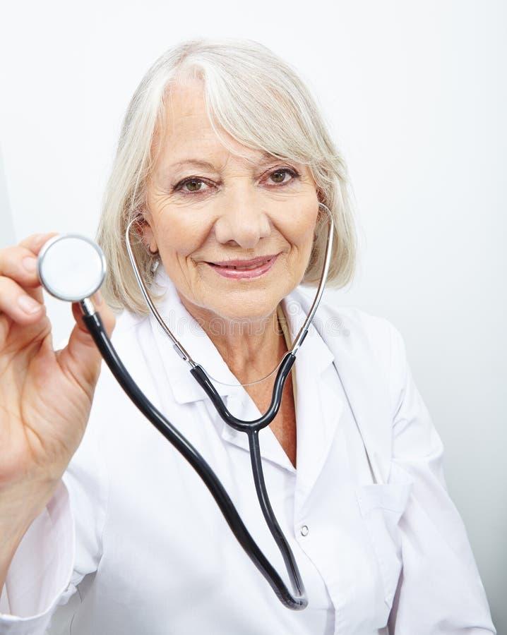 Ηλικιωμένος γιατρός με το στηθοσκόπιο στοκ εικόνες