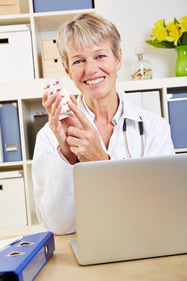 Ηλικιωμένος γιατρός που συστήνει τα χάπια στοκ εικόνα με δικαίωμα ελεύθερης χρήσης
