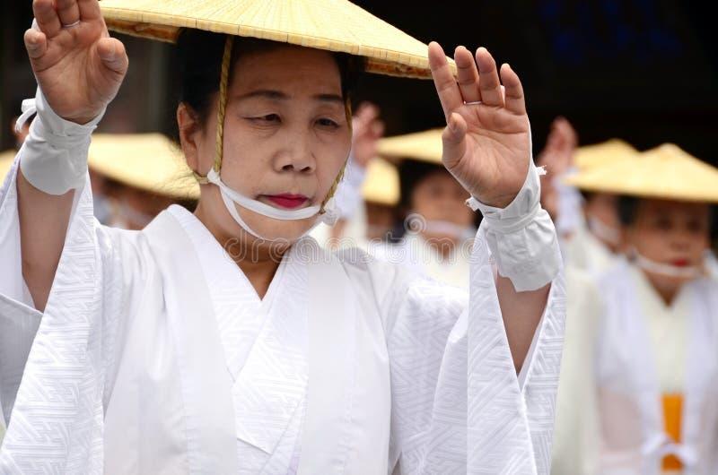 Ηλικιωμένος ιαπωνικός χορευτής στα άσπρα παραδοσιακά ενδύματα κατά τη διάρκεια του φεστιβάλ Aoba στοκ φωτογραφία με δικαίωμα ελεύθερης χρήσης