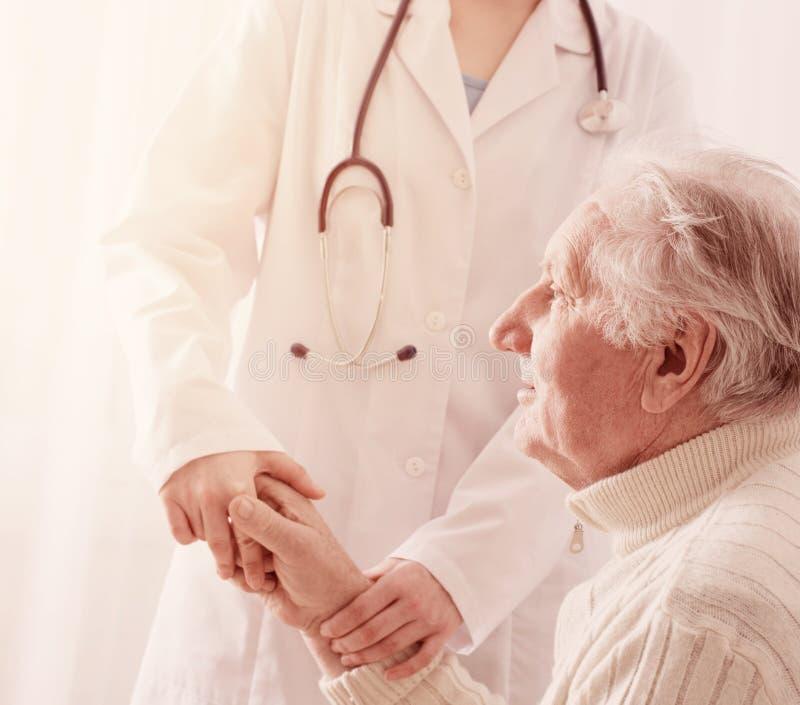 Ηλικιωμένο άτομο με το γιατρό στοκ εικόνα