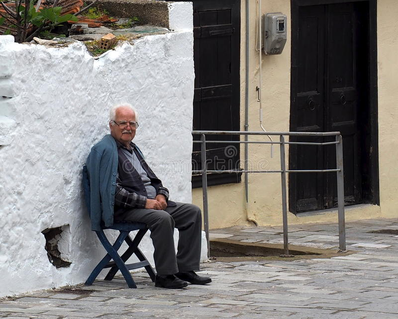 Ηλικιωμένο ελληνικό άτομο στα Κριτσά, Κρήτη Ελλάδα στοκ εικόνα
