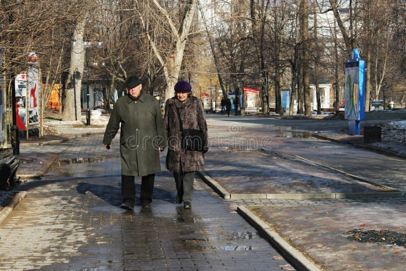 Ηλικιωμένο ζεύγος που περπατά στο πάρκο της Catherine μια ηλιόλουστη ημέρα στοκ εικόνες