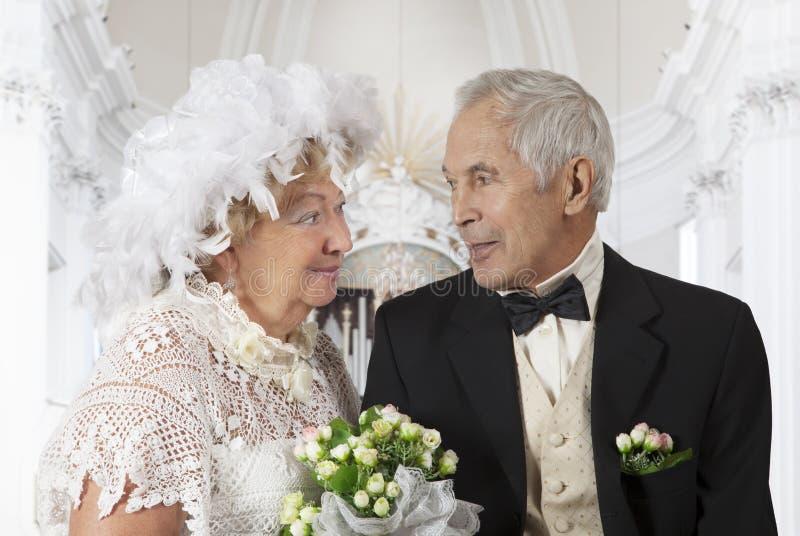 Ηλικιωμένο ζεύγος στην εκκλησία στοκ εικόνες