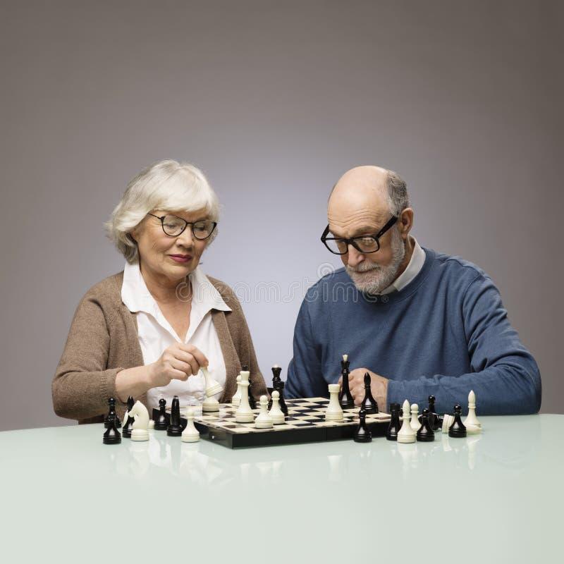 Ηλικιωμένο σκάκι παιχνιδιού ζευγών στοκ εικόνα με δικαίωμα ελεύθερης χρήσης