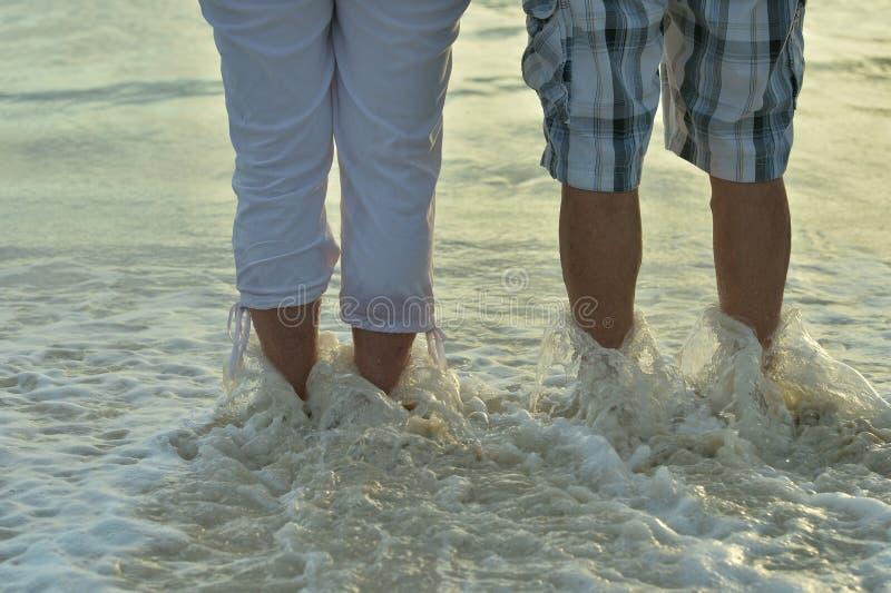 Ηλικιωμένο υπόλοιπο ζευγών στην τροπική παραλία στοκ φωτογραφία με δικαίωμα ελεύθερης χρήσης
