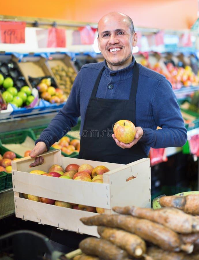 Ηλικιωμένο eller που προσφέρει τα εποχιακά ώριμα φρούτα στο τοπικό παντοπωλείο στοκ εικόνες