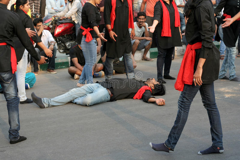 Η ινδική ομάδα θεάτρων εκτελεί το παιχνίδι οδών στοκ φωτογραφία