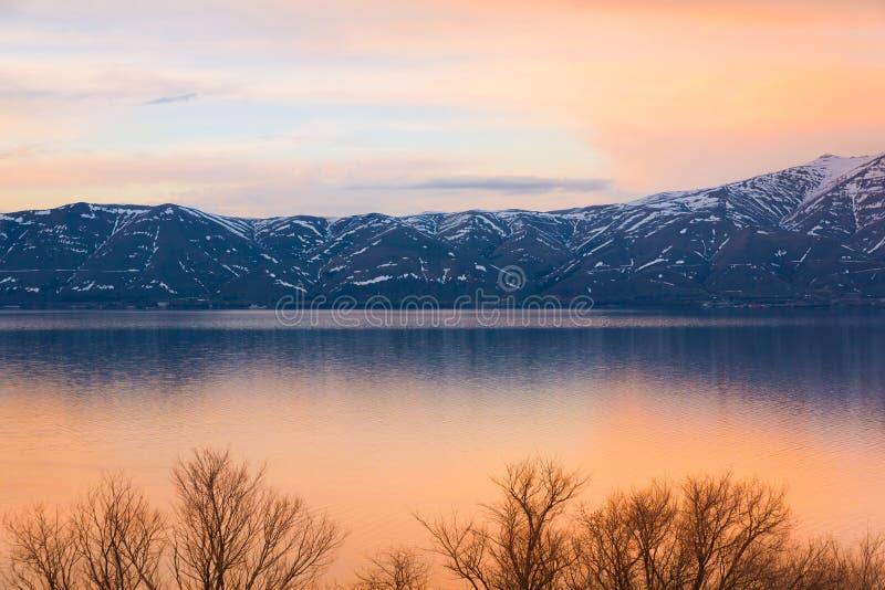 Ηλιοβασίλεμα άνοιξη Sevan λιμνών στοκ εικόνες με δικαίωμα ελεύθερης χρήσης