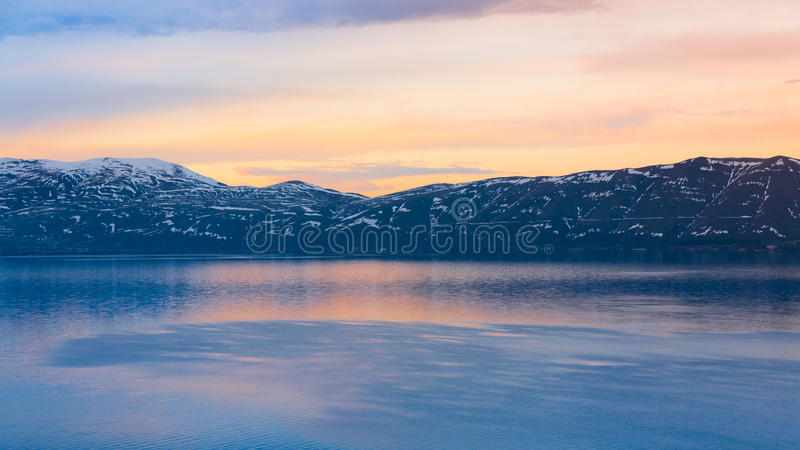 Ηλιοβασίλεμα άνοιξη Sevan λιμνών στοκ εικόνα