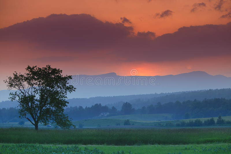 Ηλιοβασίλεμα άνω του όρους Μάνσφιλντ σε Stowe Βερμόντ στοκ φωτογραφία