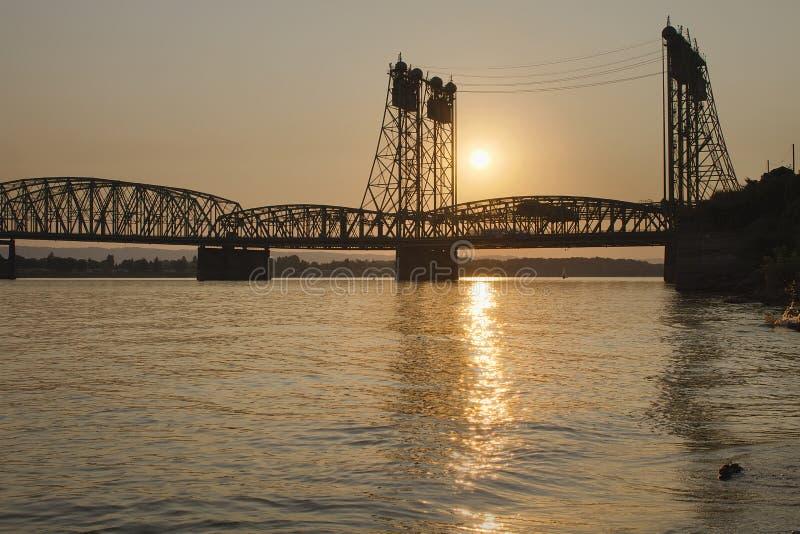 Ηλιοβασίλεμα άνω των ι-5 Κολούμπια που διασχίζουν τη γέφυρα στοκ εικόνα