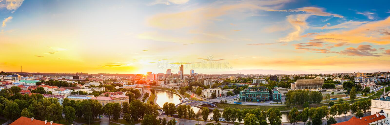Ηλιοβασίλεμα ή ανατολή πέρα από τη εικονική παράσταση πόλης Vilnius, Λιθουανία το καλοκαίρι στοκ φωτογραφίες