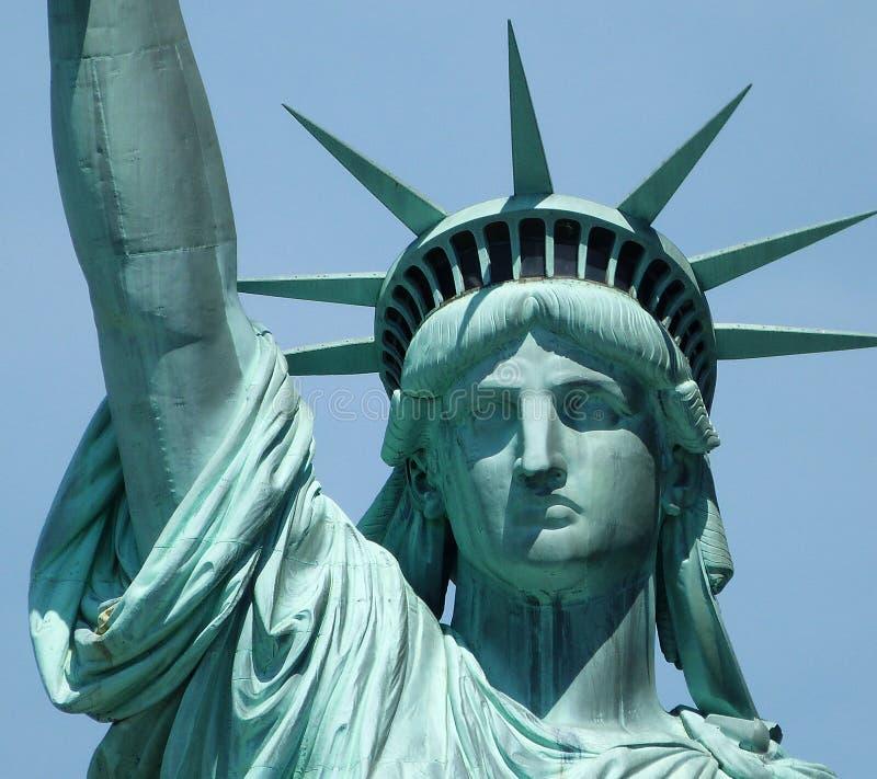 ηλιοβασίλεμα αγαλμάτων της Νέας Υόρκης ελευθερίας πόλεων στοκ εικόνες