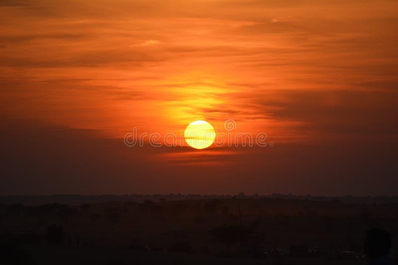 ηλιοβασίλεμα αμμόλοφων του Ντουμπάι ερήμων στοκ φωτογραφίες