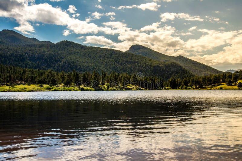 Ηλιοβασίλεμα ανατολής στη δύσκολη λίμνη κρίνων βουνών του Κολοράντο στοκ φωτογραφία