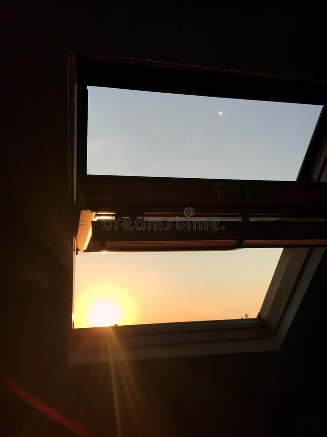 Ηλιοβασίλεμα από το παράθυρό μου στοκ εικόνες με δικαίωμα ελεύθερης χρήσης