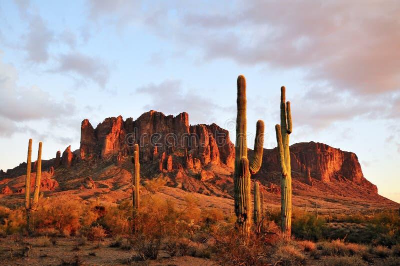 Ηλιοβασίλεμα βουνών δεισιδαιμονίας στοκ φωτογραφία με δικαίωμα ελεύθερης χρήσης