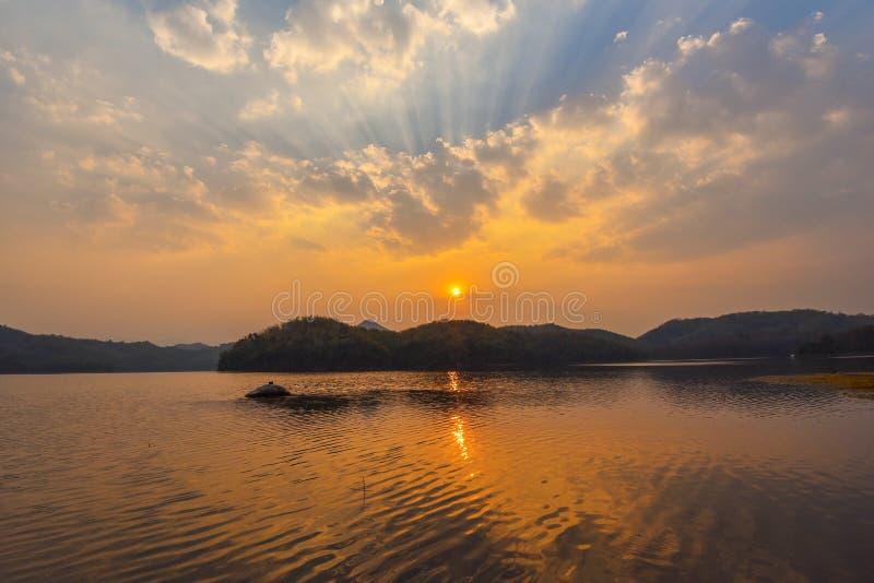 Ηλιοβασίλεμα βουνών ποταμών στοκ εικόνα με δικαίωμα ελεύθερης χρήσης