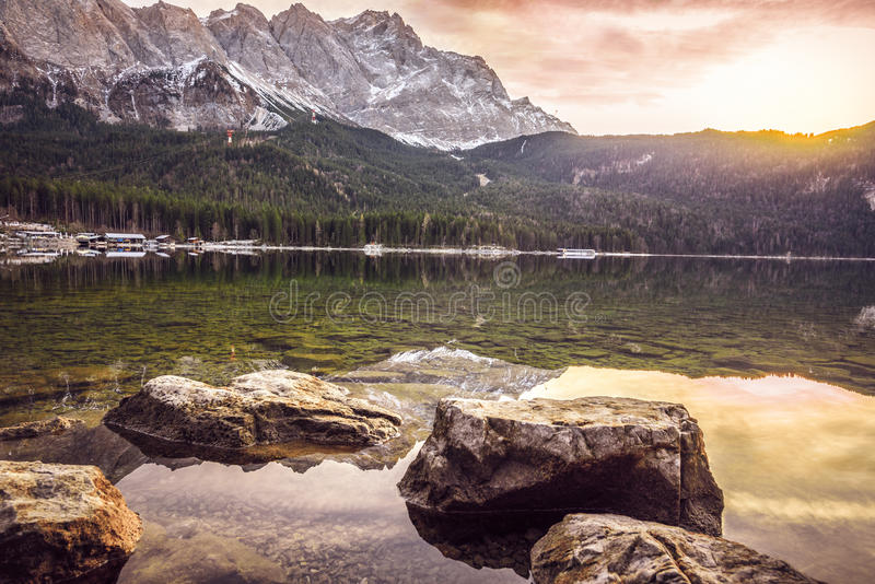 Ηλιοβασίλεμα Δεκεμβρίου πέρα από τα βουνά και τη λίμνη στοκ φωτογραφία με δικαίωμα ελεύθερης χρήσης