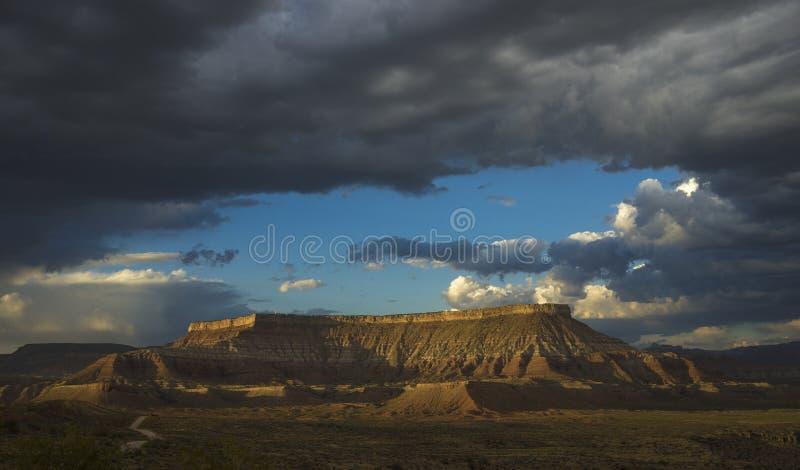 Ηλιοβασίλεμα και μαύρα σύννεφα πέρα από το πεταλοειδές mesa, Γιούτα, ΗΠΑ στοκ φωτογραφία