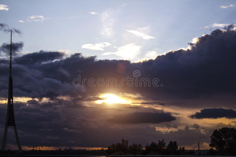 Ηλιοβασίλεμα και πύργος TV πριν από τη θύελλα στοκ εικόνα με δικαίωμα ελεύθερης χρήσης