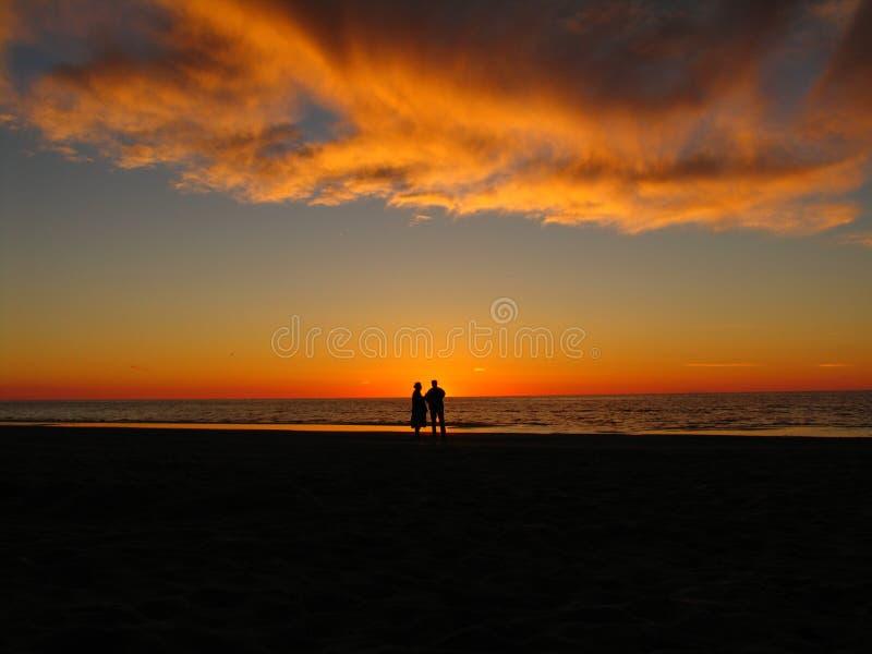 Ηλιοβασίλεμα και δύο υπερήλικες στοκ φωτογραφίες