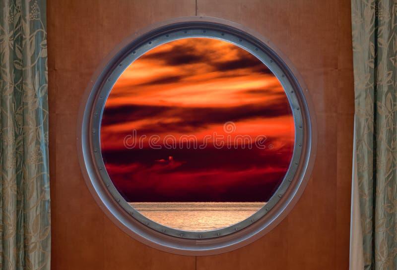 Ηλιοβασίλεμα μέσω της παραφωτίδας στοκ εικόνα με δικαίωμα ελεύθερης χρήσης