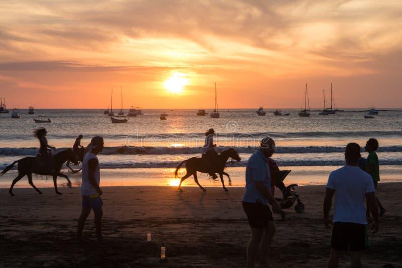ηλιοβασίλεμα με τους ανθρώπους στην παραλία από το San Juan del Sur, Νικαράγουα στοκ εικόνα