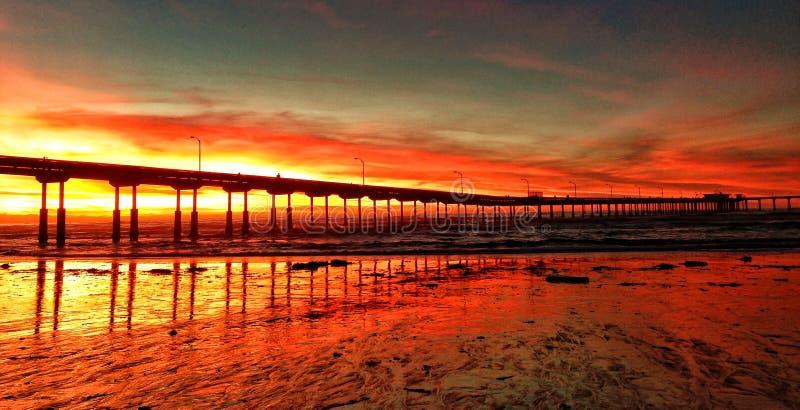 Ηλιοβασίλεμα πέρα από μια αποβάθρα στοκ φωτογραφίες με δικαίωμα ελεύθερης χρήσης