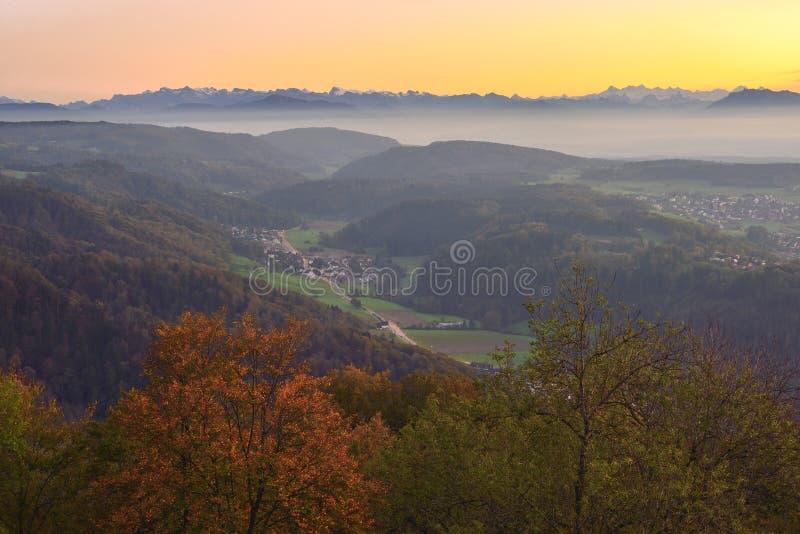 Ηλιοβασίλεμα πέρα από τα βουνά κοντά στη Ζυρίχη, Ελβετία στοκ εικόνα με δικαίωμα ελεύθερης χρήσης