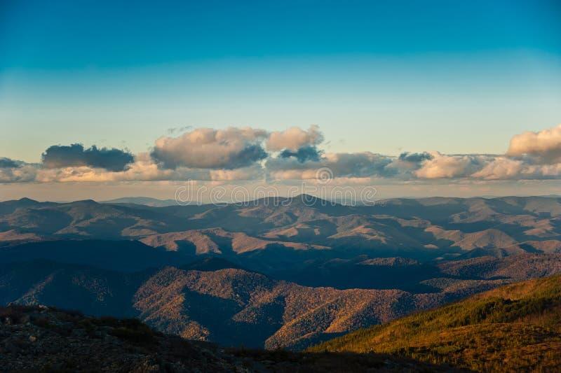Ηλιοβασίλεμα πέρα από τα βουνά στοκ εικόνα