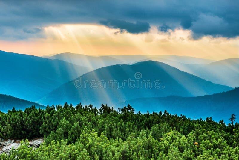 Ηλιοβασίλεμα πέρα από τα μπλε βουνά στοκ φωτογραφία με δικαίωμα ελεύθερης χρήσης