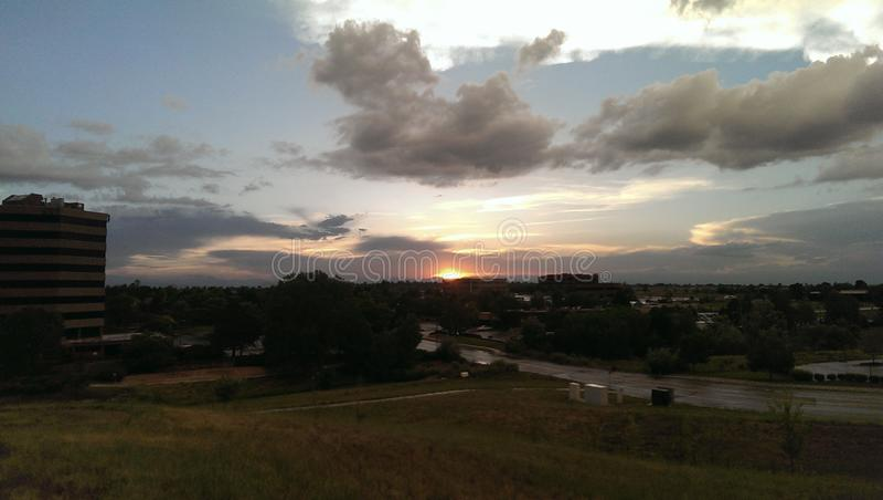 Ηλιοβασίλεμα πέρα από τα δύσκολα βουνά στοκ εικόνα με δικαίωμα ελεύθερης χρήσης