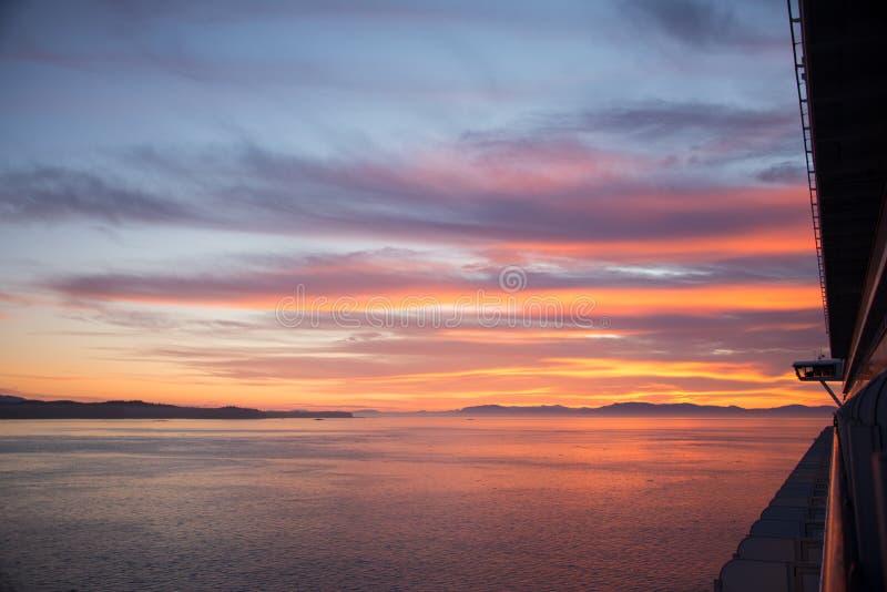 Ηλιοβασίλεμα πέρα από την εσωτερική μετάβαση από το κρουαζιερόπλοιο στοκ φωτογραφίες