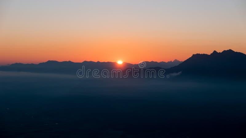 Ηλιοβασίλεμα πέρα από την κοιλάδα στο βουνό στοκ εικόνες με δικαίωμα ελεύθερης χρήσης