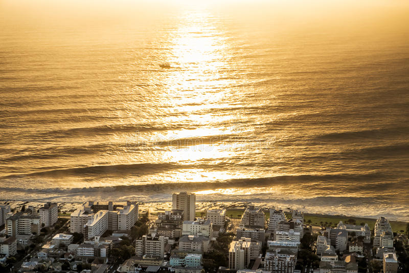 Ηλιοβασίλεμα πέρα από την πόλη του Καίηπ Τάουν, άποψη λόφων σημάτων στοκ εικόνα με δικαίωμα ελεύθερης χρήσης
