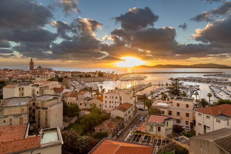 Ηλιοβασίλεμα πέρα από την πόλη Alghero στη δυτική ακτή της Σαρδηνίας στοκ φωτογραφία με δικαίωμα ελεύθερης χρήσης