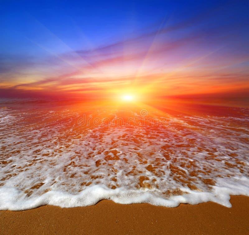Ηλιοβασίλεμα πέρα από την ωκεάνια παραλία στοκ φωτογραφία
