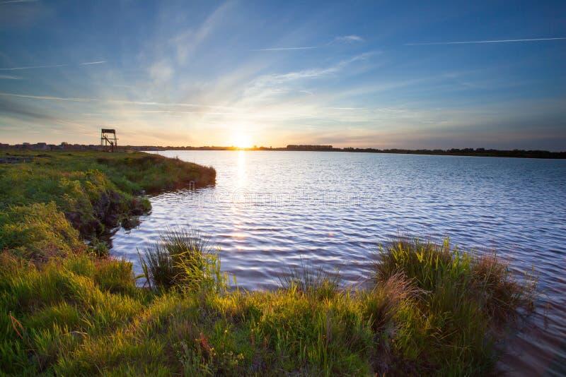 Ηλιοβασίλεμα πέρα από τη λίμνη σε Meerstad στοκ φωτογραφίες
