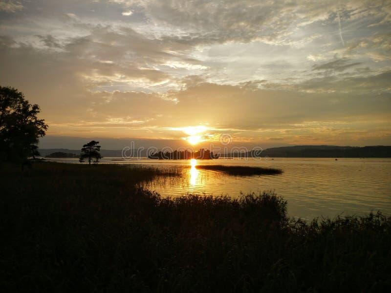 Ηλιοβασίλεμα πέρα από τη λίμνη της Ζυρίχης στοκ εικόνες